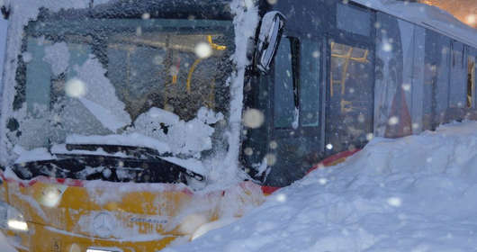 Pogoda w Europie i atak zimy. Są ofiary śmiertelne, temperatura spada,a loty samolotów sa odwołane. Urlop w Austrii i Alpy? Mogą tam zejść lawiny