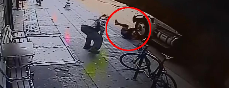 Brutalny atak na ulicy - bezdomny wepchnął mężczyznę pod samochód - wideo z wypadku