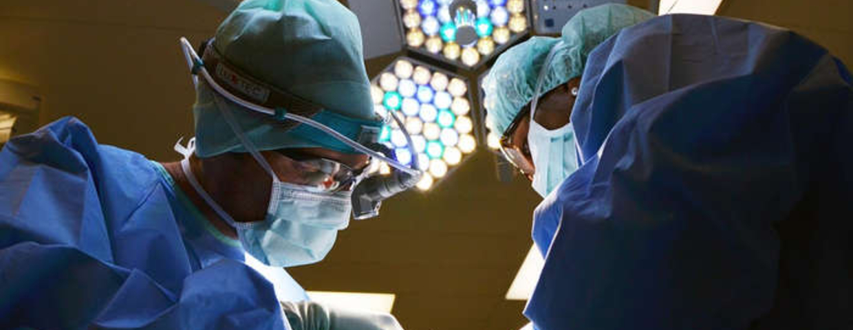 Nastolatek operował z ojcem chirurgiem. Za nieudany zabieg zapłaci szpital