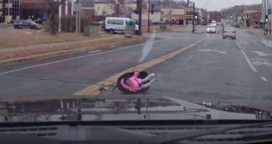 Bezpeieczeństwo dziecka w samochodzie podczas jady. Należy wiedzieć, jak przypiąć i zainstalować w fotelik dla dziecka. W USA wydarzył się nieprzyjemny wypadek.