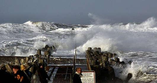 Prognoza pogody i ostrzeżenia IMGW w Polsce. Huragan Alfrida sieje spustoszenie i nadciąga nad Polskę. Dania również w niebezpieczeństwie, możliwe podtopienia.