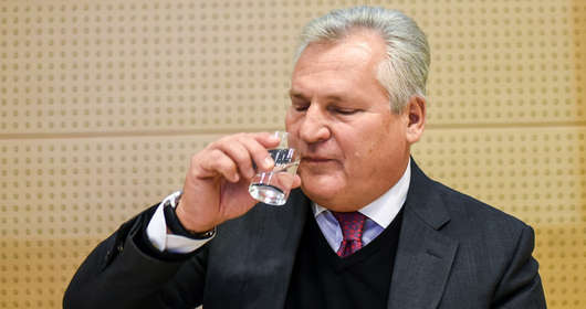 Aleksander Kwaśniewski to nie tylko alkohol, memy i żarty. Radzi, jak pić w sylwestra i jaki alkohol, by pamiętać sylwestrowy bal. Wywiad z archiwum