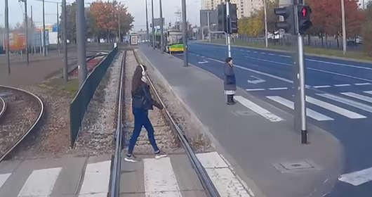 Tramwaj w Poznaniu o mało nie zabił dziewczyny, prawie wydarzył się wypadek. Wszystko przez słuchawki na uszach. Wideo z incydentu trafiło do sieci