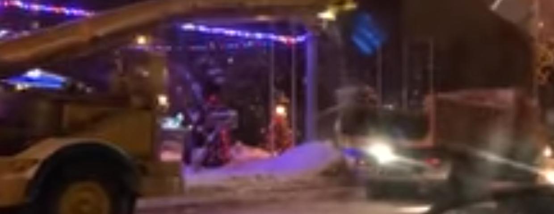 Zima w Rosji może nie zaskoczyła drogowców, ale drogowcy zaskoczyli wszystkich. Śnieg na ulicach jest chociaż były odśnieżone. Śmieszne nagranie wideo w Rosji
