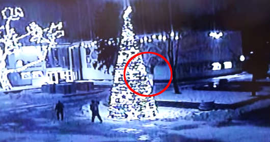 Bełchatów i pijani apliniści na placu Narutowicza. Ich celem była choinka miejska. Nagranie z monitoringu to hit sieci.