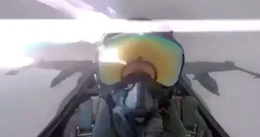 Uderzenie pioruna w samolot i nagranie wideo z kabiny. Film trafił do sieci, pilot przeżył, ale możliwa był;a katastrofa lotnicza.