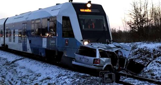 Wypadek na przejeździe kolejowym w Rzeszowie. Szynobus/pociąg Rzeszów-Stalowa Wola kontra volkswagen polo. Wideo z wypadku trafiło do sieci