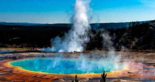 Wulkan Yellowstone - erupcja Ear Spring. Gejzer wyrzucił śmieci