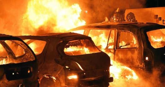 Sytuacja we Francji. Nowy rok przywitały płonące samochody. Najpierw zniszczenia spowodowane przez protesty żółtych kamizelek, a teraz Sylwester z wandalami