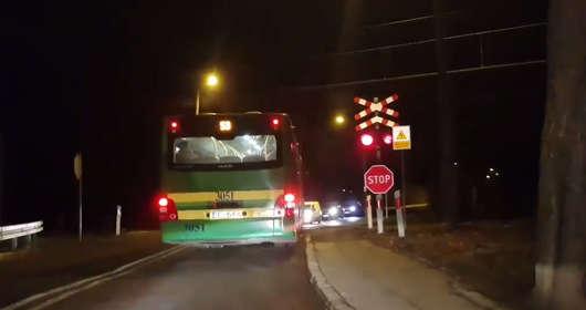 Autobus komunikacji miejskiej na przejeździe kolejowym. Kierowca nie widział, że jedzie pociąg?