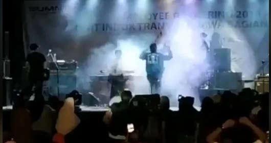 Indonezja, uderzenie tsunami.  W trakcie koncertu zespołu pop Seventeen uderzyła fala. Są ofiary i osoby zaginione. Szokujące wideo trafiło do sieci