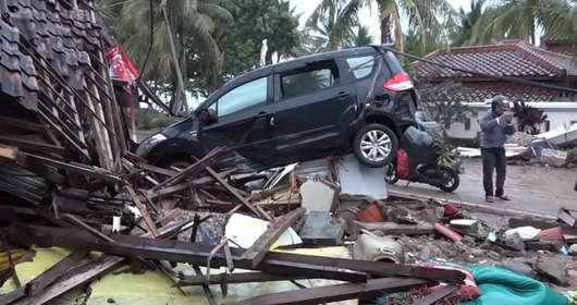 Indonezja i zabójcze tsunami. Erupcja wulkanu, osunięcie i zabójcza fala spowodowały gigantyczne zniszczenia. Zginęli członkowie zespołu Seventeen.