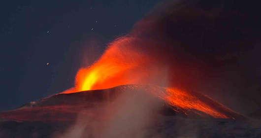 """Rośnie ryzyko wybuchu wulkanu w Europie. Eksperci na łamach  """"Corriere della Sera"""" ostrzegli, że Etna jest niestabilna i może dojść do erupcji na małej wysokości. W ciągu 3 dni zanotowano w regionie nad tysiąc wstrząsów sejsmicznych."""