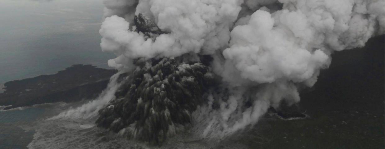 Erupcja wulkanu Anak Krakatau spowodowała tsunami w Indonezji. Rośnie liczba ofiar, wideo w sieci szokują. Ucierpiał zespół Seventeen. Zmieniono ruch samolotów