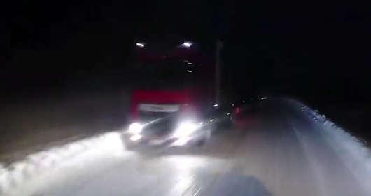 Polska firma transportowa w Norwegii i wypadek ciężarówki DAF XF. Nastapił poźlig i zderzenie z ciężarówka, naczepa kurtynowa uderzyła w samochód osobowy.