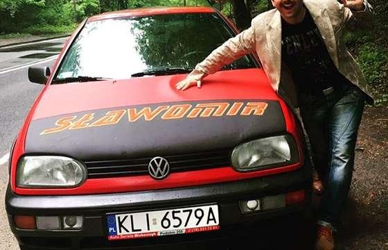 Król rock polo i jego czerwony volkswagen golf