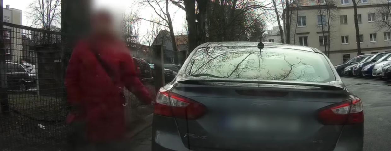Zielona Góra. Policja zatrzymała kobietę, która rysowała kamieniem samochody. Miała to być kara za złe parkowanie. Nie lepiej zadzwonić na numer 112?