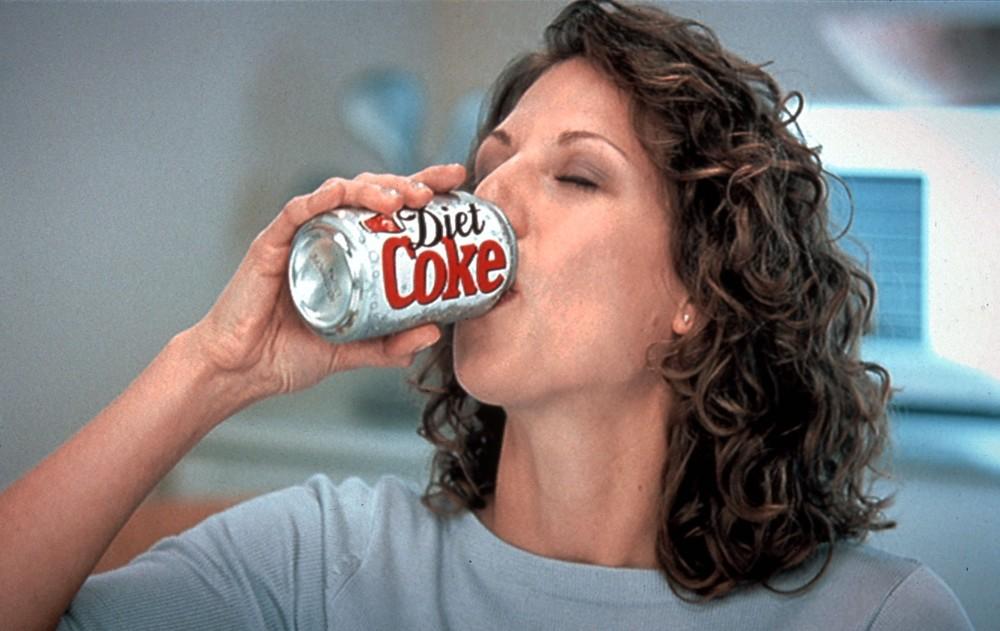 kobieta pijąca dietetyczną colę