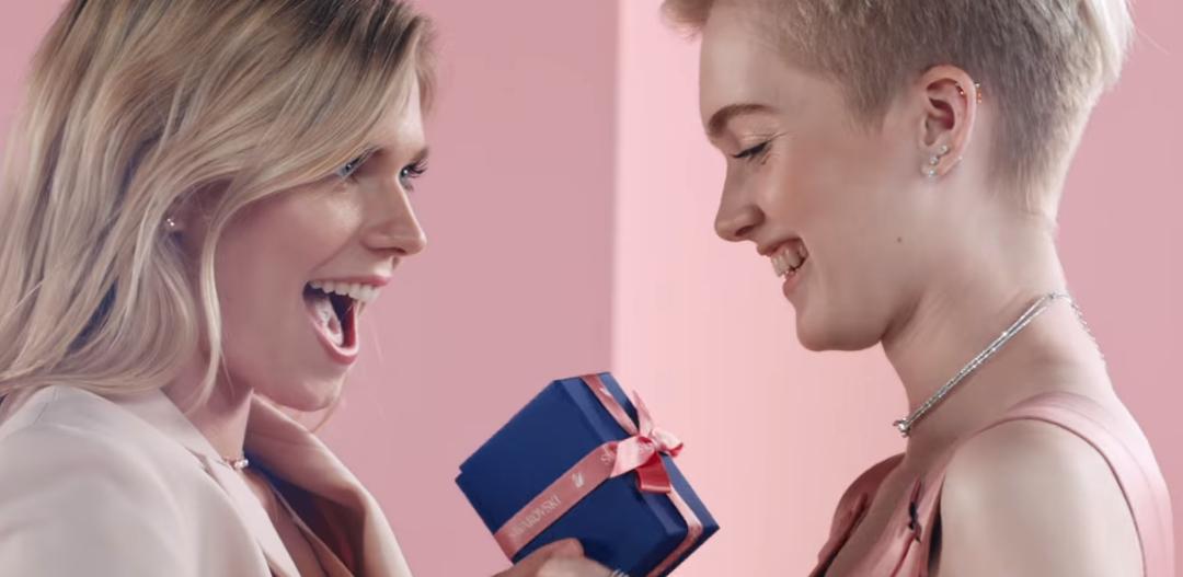 Lesbijki w reklamie Swarovskiego na walentynki