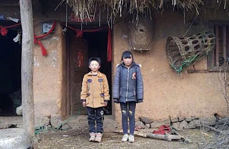 Wang z siostrą przed domem