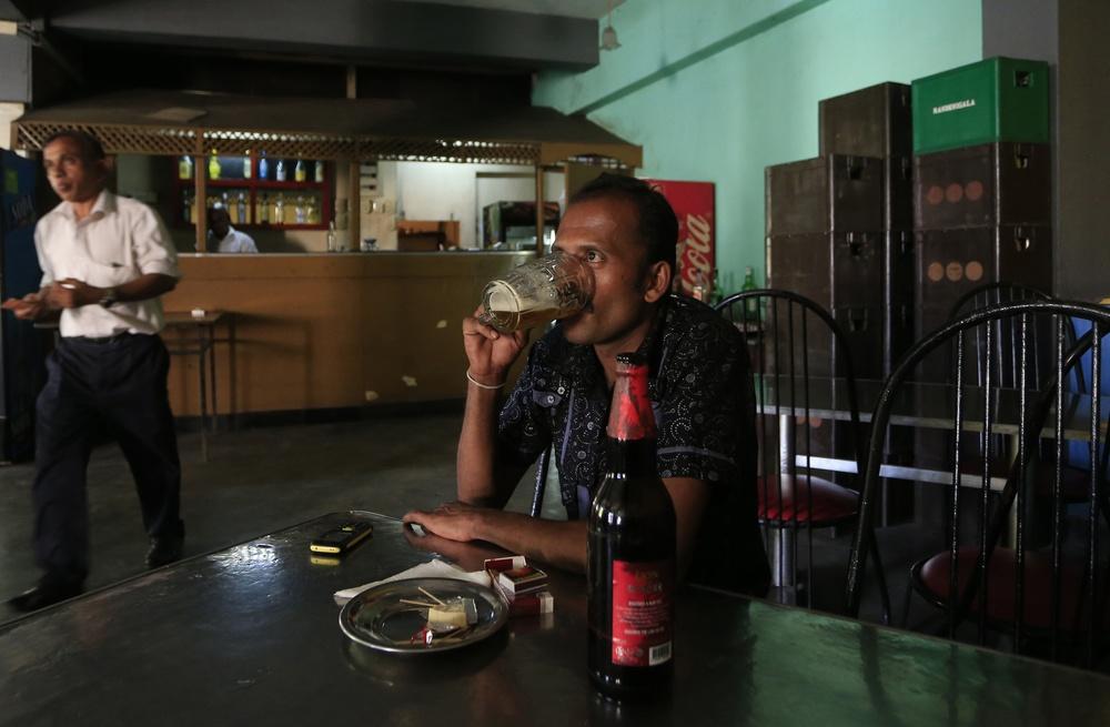 Mężczyzna pije alkohol w barze na Sri Lance
