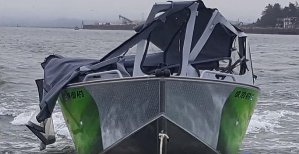Stratowana łódź rybaków.