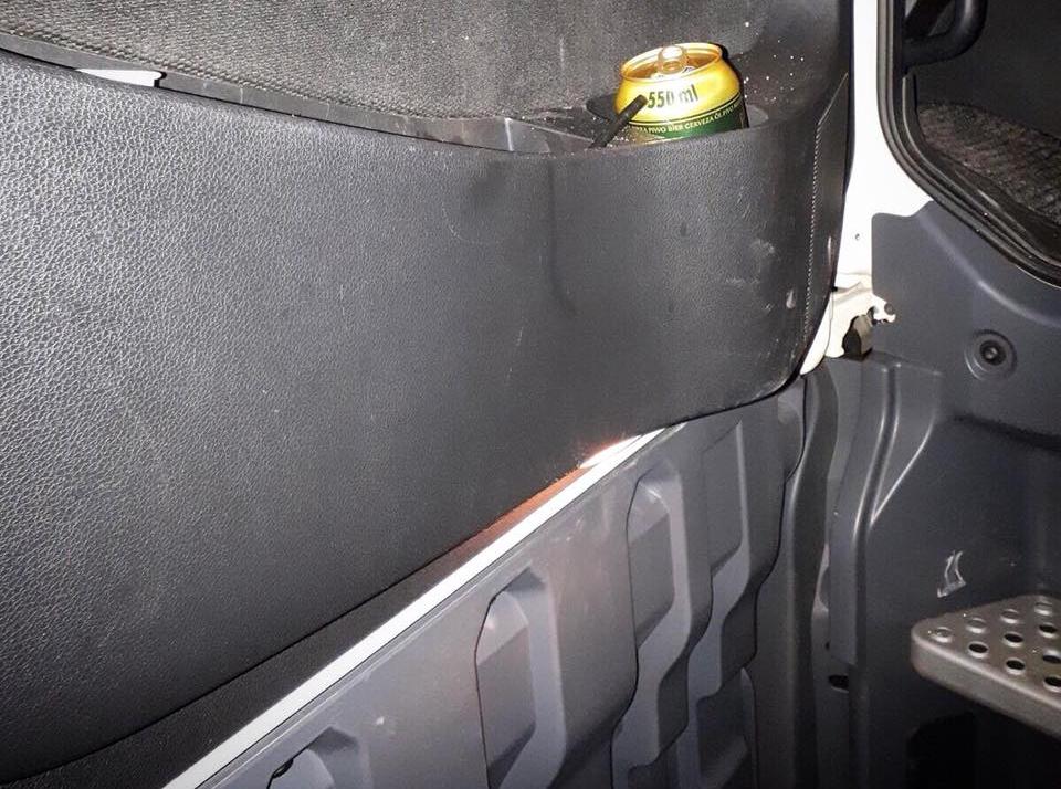 W ciężarówce znaleziono dowody na spożywanie alkoholu.