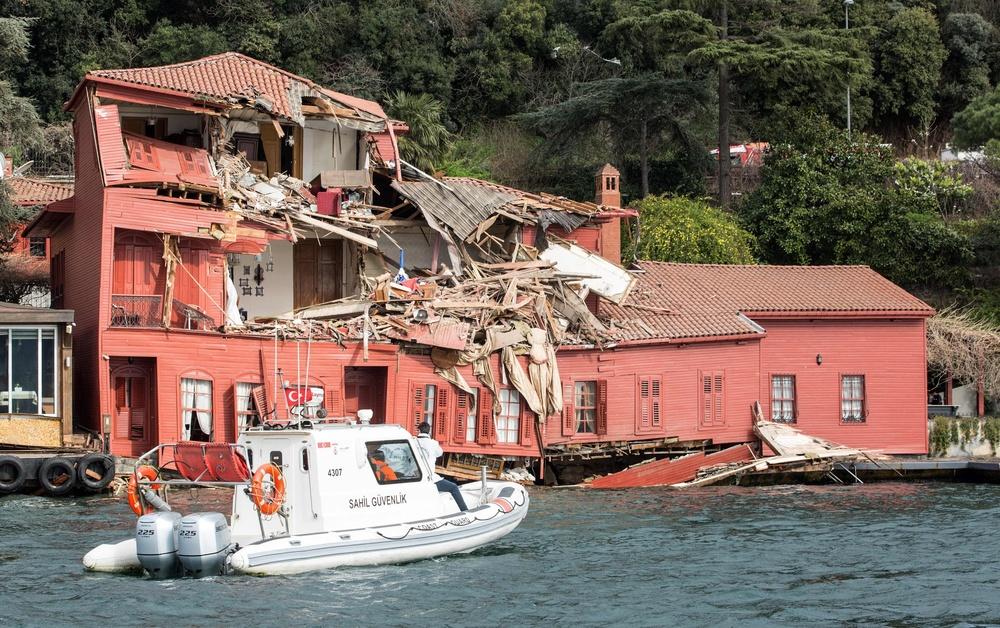 statek uderzył w brzeg i budynek