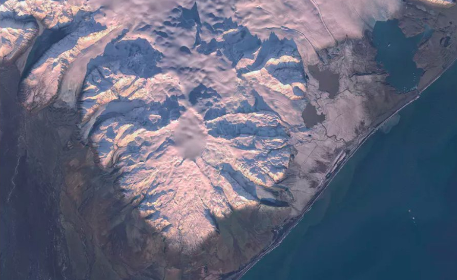 Wulkan pokrywa  częściowo największy w Europie lodowiec Vatnajökull.