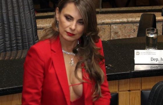 Ana Paula da Silva zdobyła mandat senatora, ale dalej eksponuje piersi i ma wielki dekolt. Czy taki seksowny strój to przesada dla pani polityk?