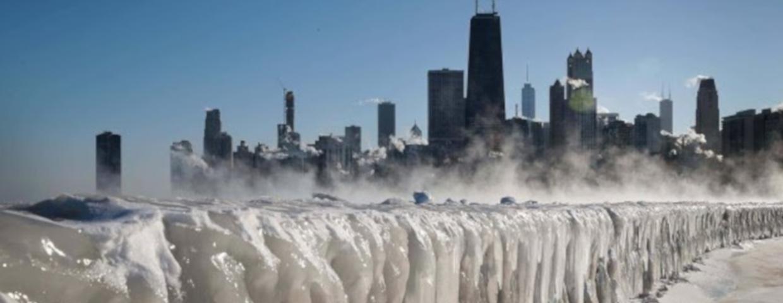 """Zdjęcia z USA przypominają sceny z filmów katastroficznych takich jak """"Pojutrze"""", """"2012"""", a nawet """"Gra o tron"""". Prognoza pogody: zima w USA atakuje, są rekordy"""